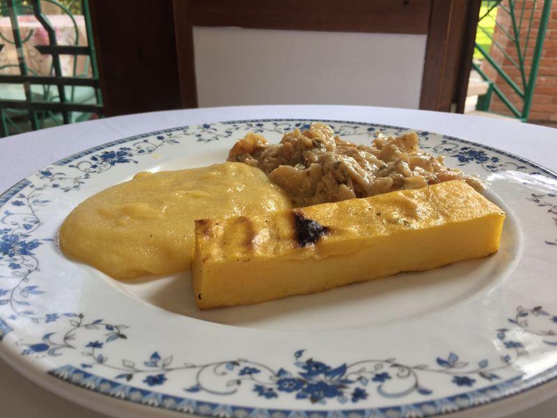 Baccalà alla vicentina con polenta cucinato secondo l'antica ricetta della Confraternita del bacalà alla Vicentina