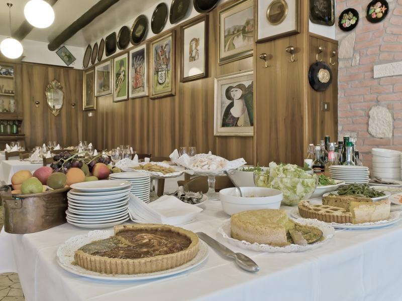 Il buffet dei dolci fatti in casa e delle verdure