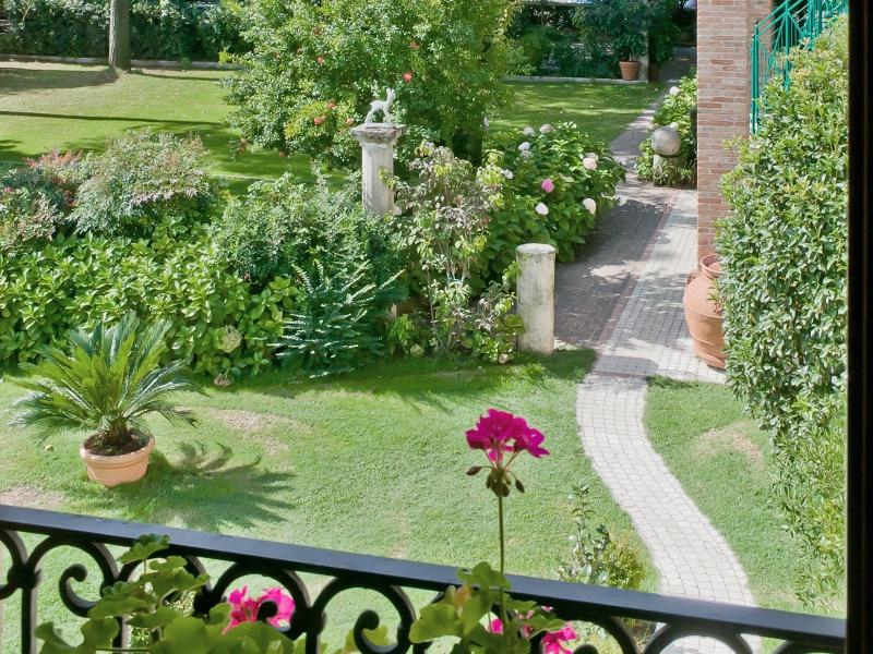 Il giardino dell'Albergo Lovise è curato e ricco di fiori